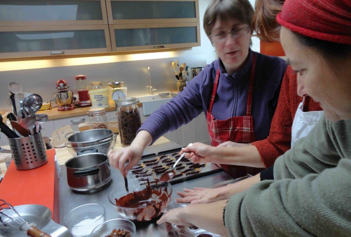 Atelier chocolat en cours, mise en place sur les plaques de cuisson