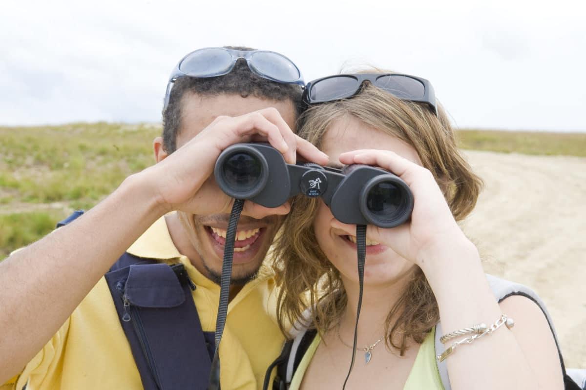Un couple découvre la nature du Livradois- Forez avec des jumelles.