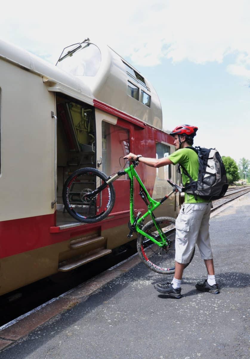 Photo d'un cyclotourisme mettant sont vtt dans le train