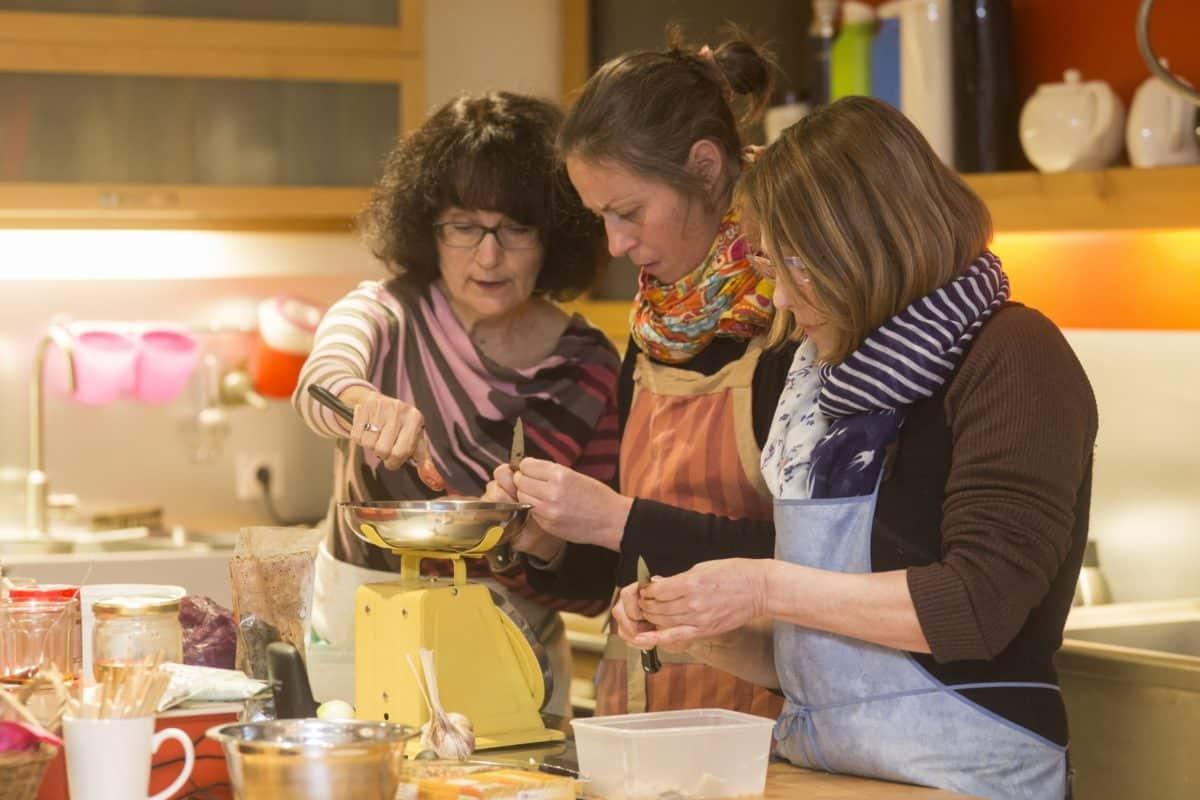 Vue de 3 personnes en train de cuisiner