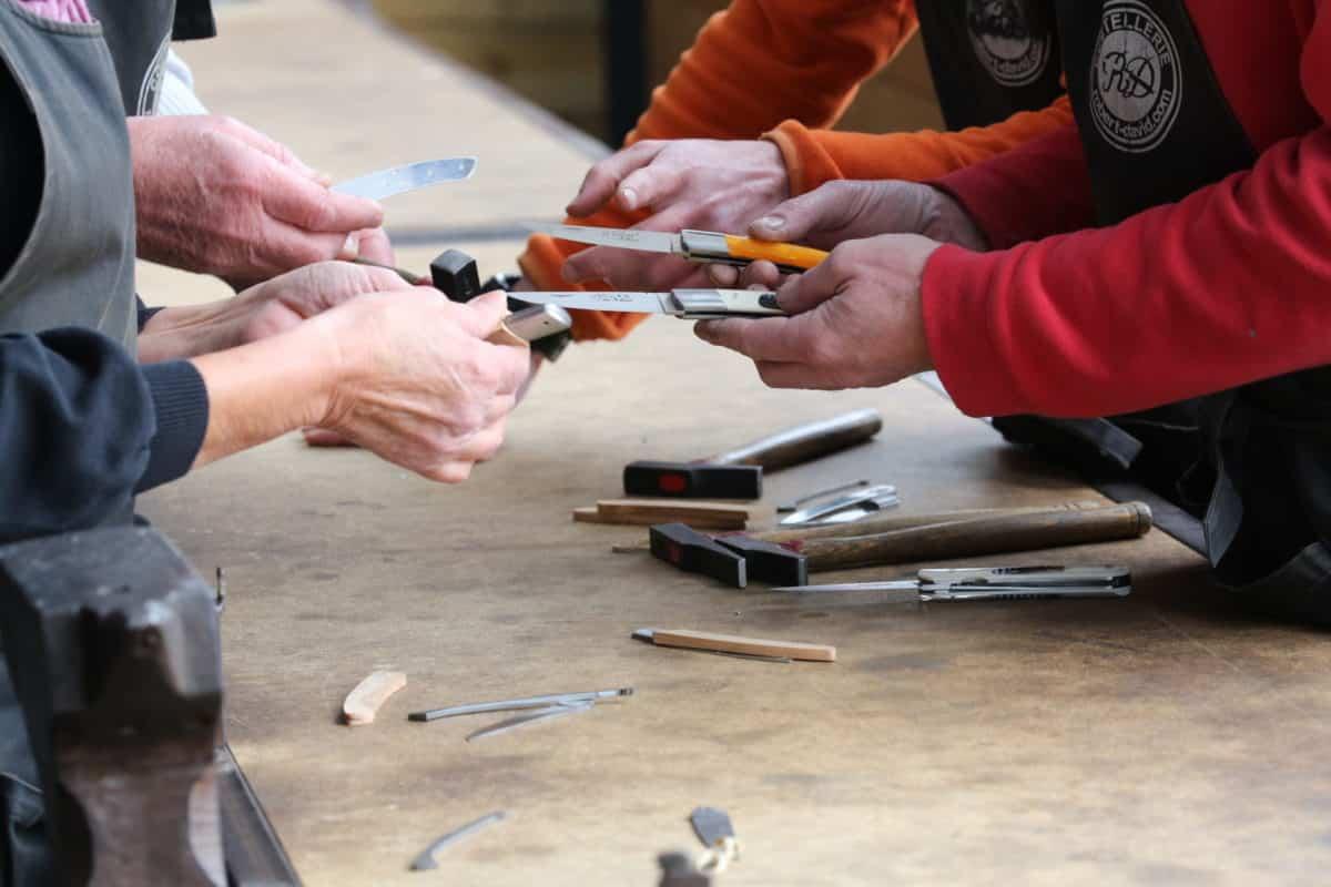 Gros plans sur des mains tenant des couteaux