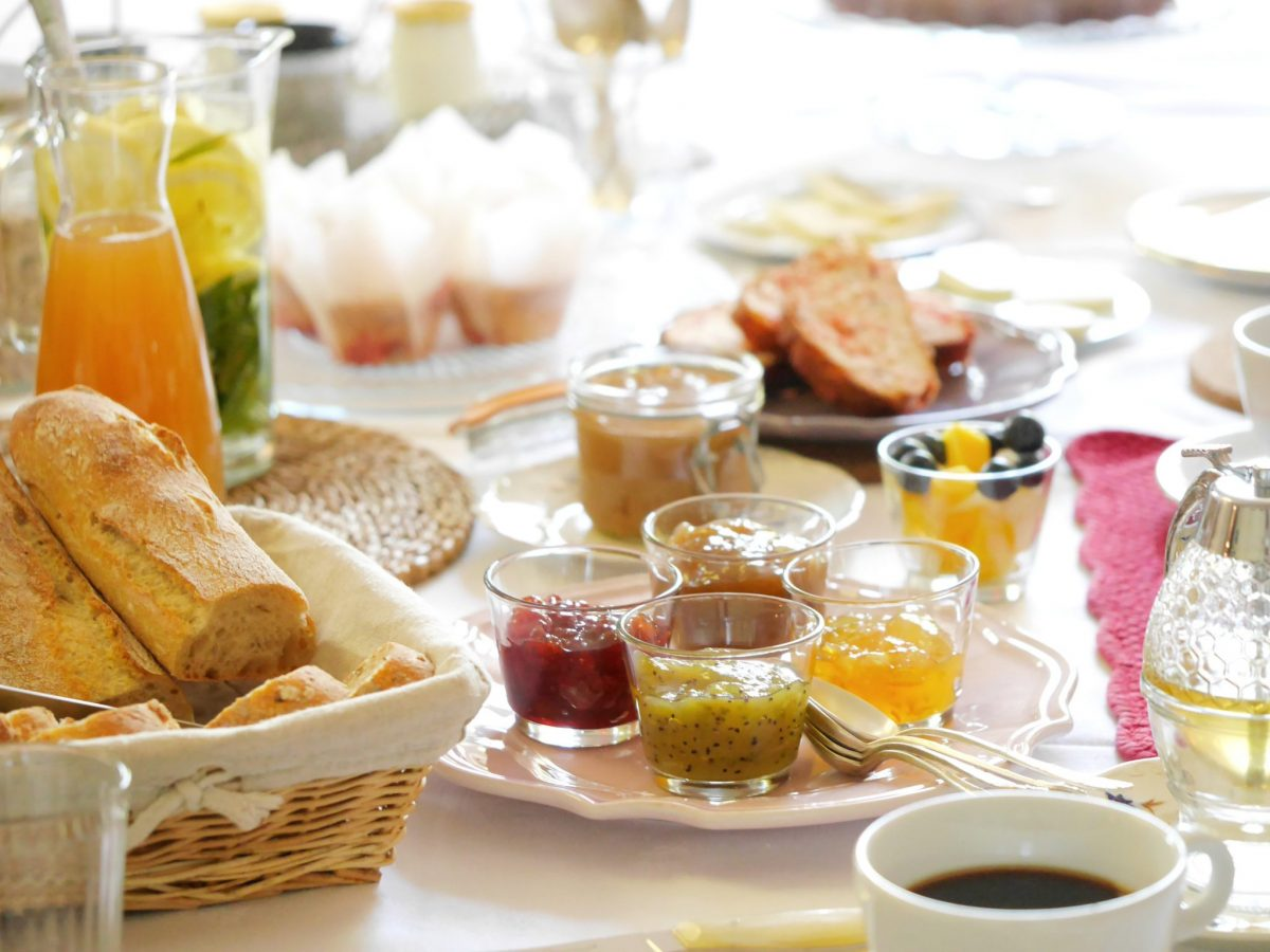 Petit déjeuner, photo d'un brunch dressé sur une table
