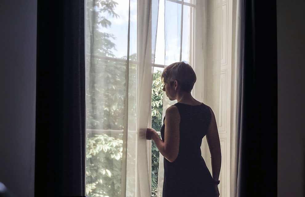 Vinciane devant la fenêtre du manoir.