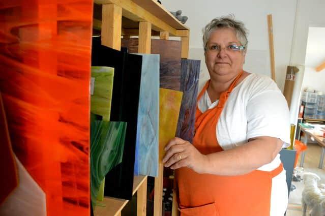 """Marie-Paule DAUPHIN, vitrailliste, dans son atelier """"le verre d'Auzelles"""""""
