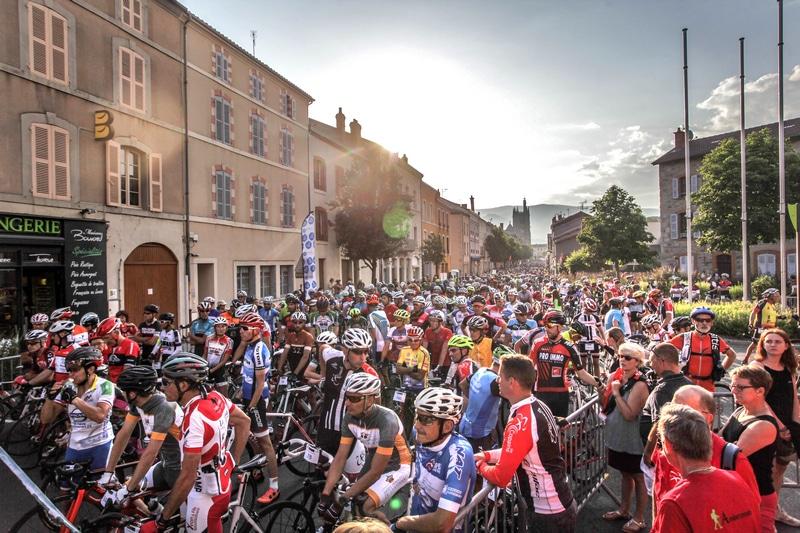Des centaines de cyclistes sur la ligne de départ d'Ambert