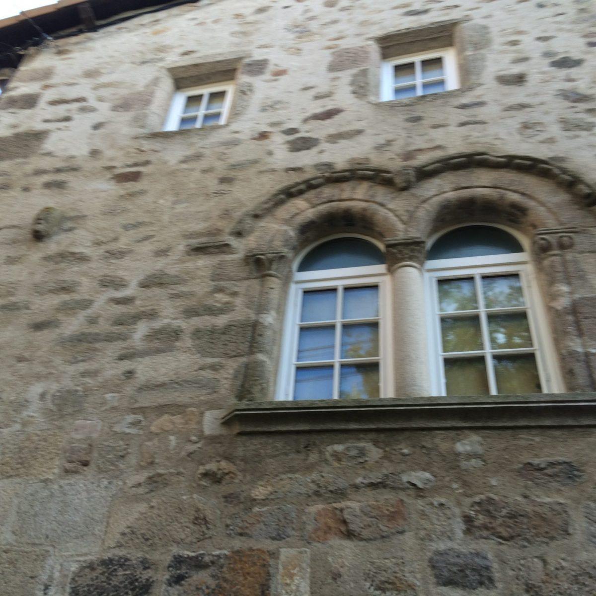 EVE_Visite du bourg médiéval _fenêtres romanes